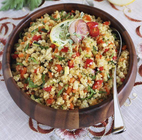 Quinoa se díky svým výživovým hodnotám řadí mezi superpotraviny. Připravit si ji lze například v podobě chutného salátu.