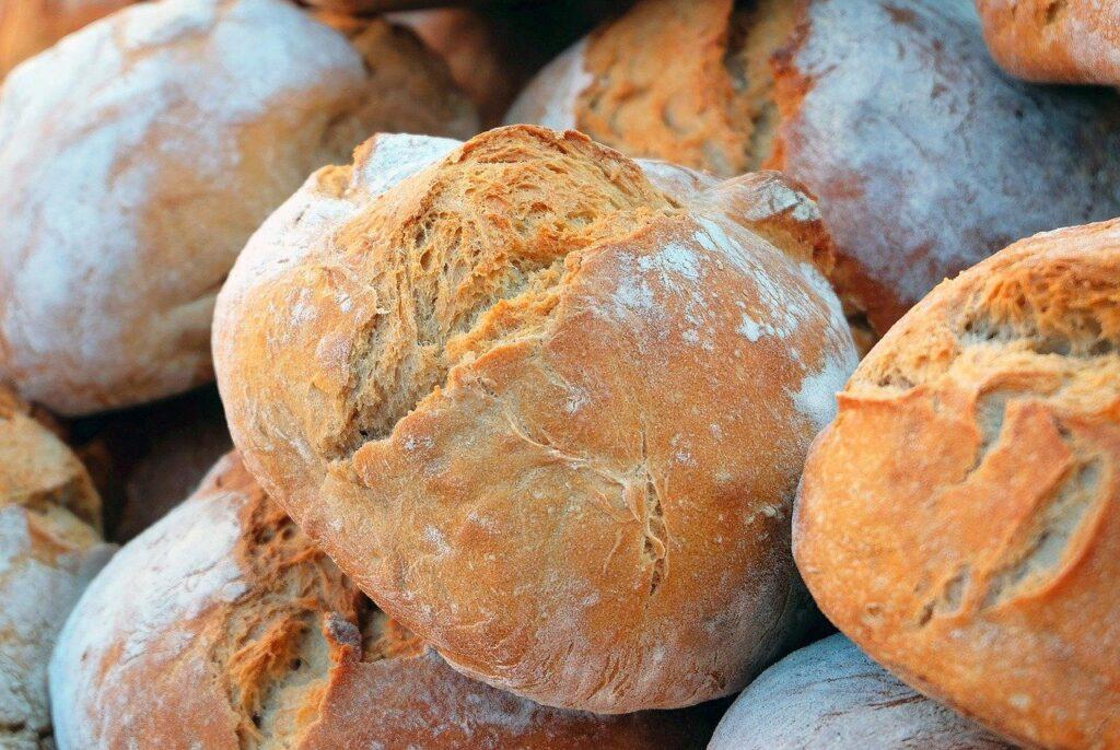 Pro výrobu chleba je možné využít jak domácí pekárnu, tak klasickou troubu.