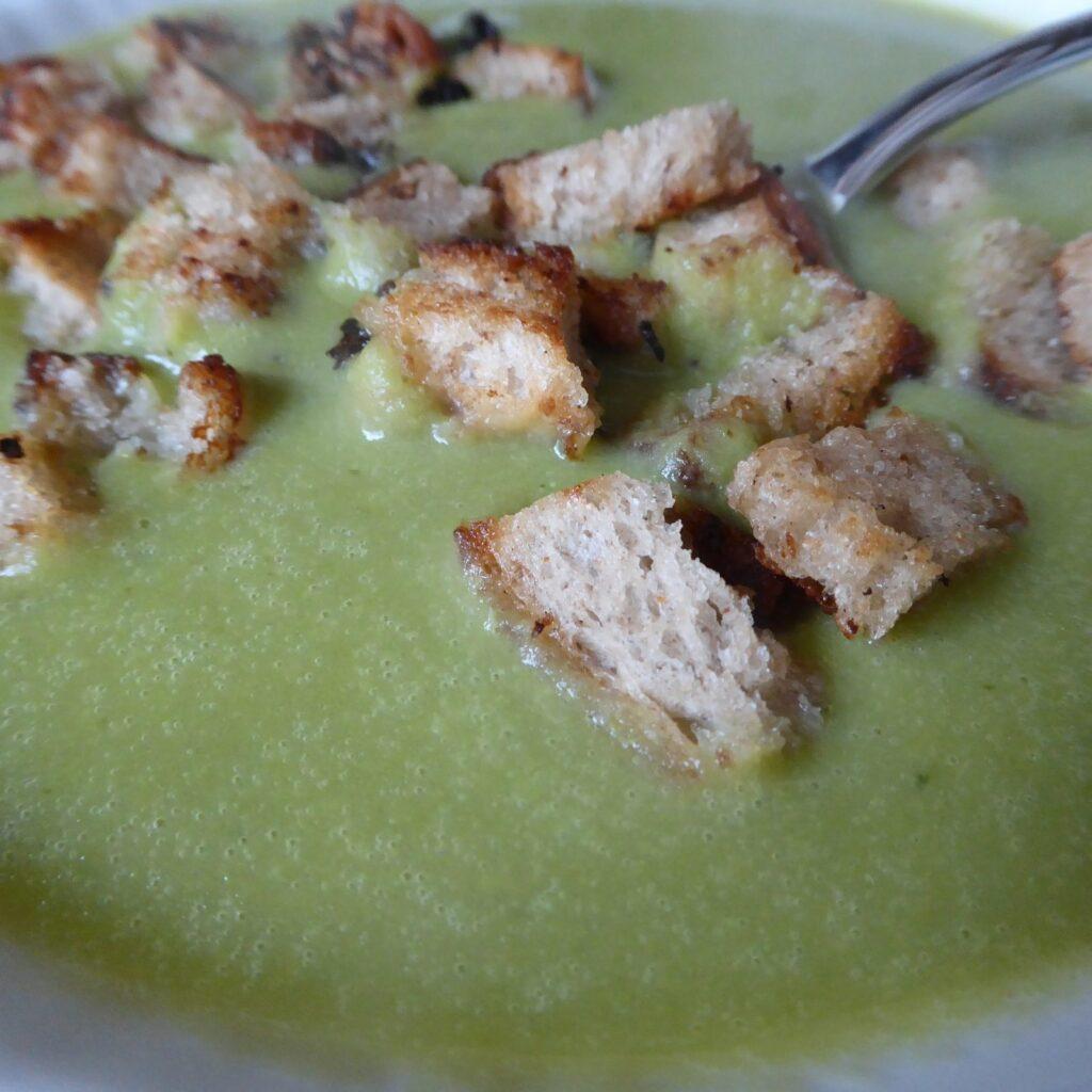 Hrachová polévka zahřeje v chladných zimních měsících.