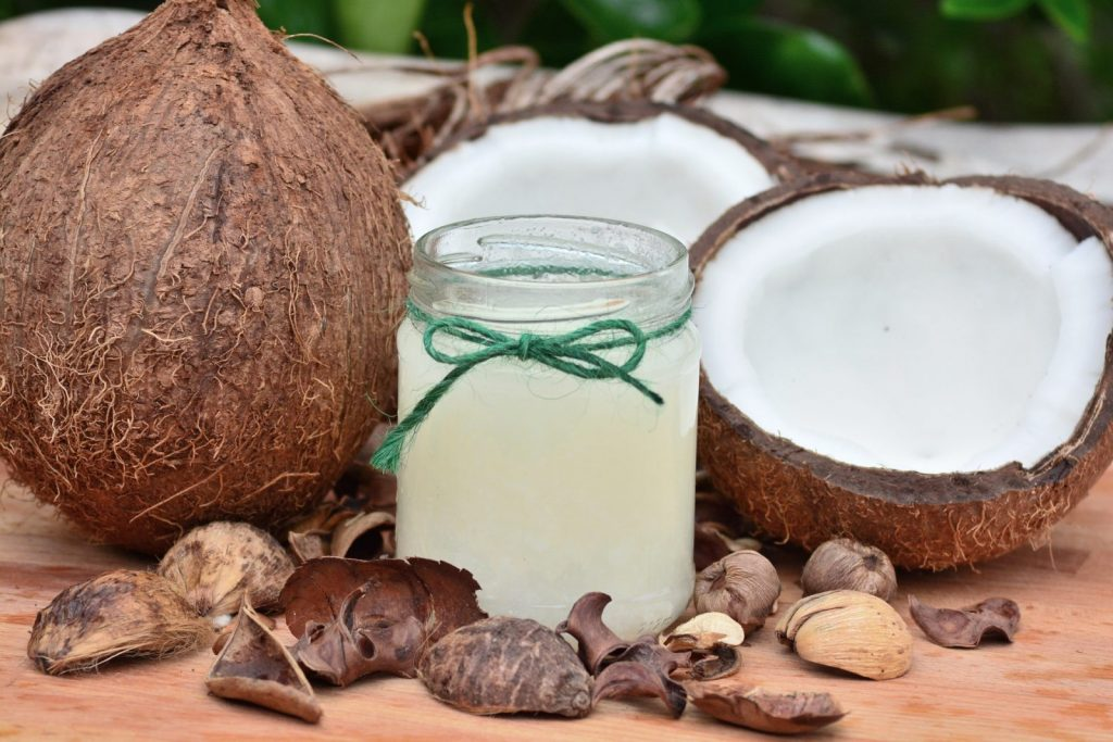Kokosový olej obsahuje spoustu zdraví prospěšných látek.