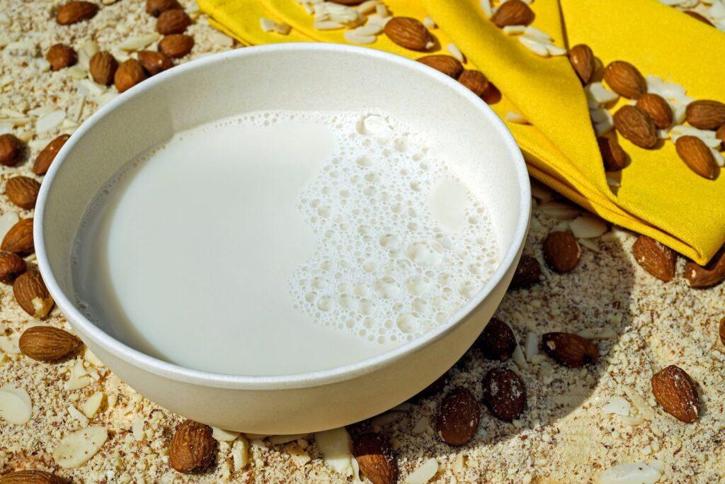 Výroba domácího mandlového mléka je skutečně snadná.