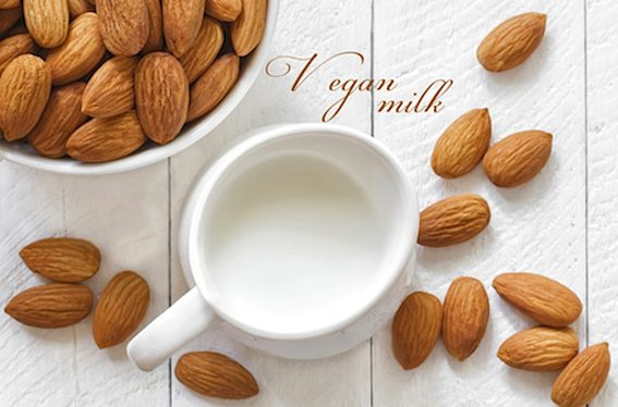 Mandlové mléko patří mezi nejoblíbenější ořechová mléka.