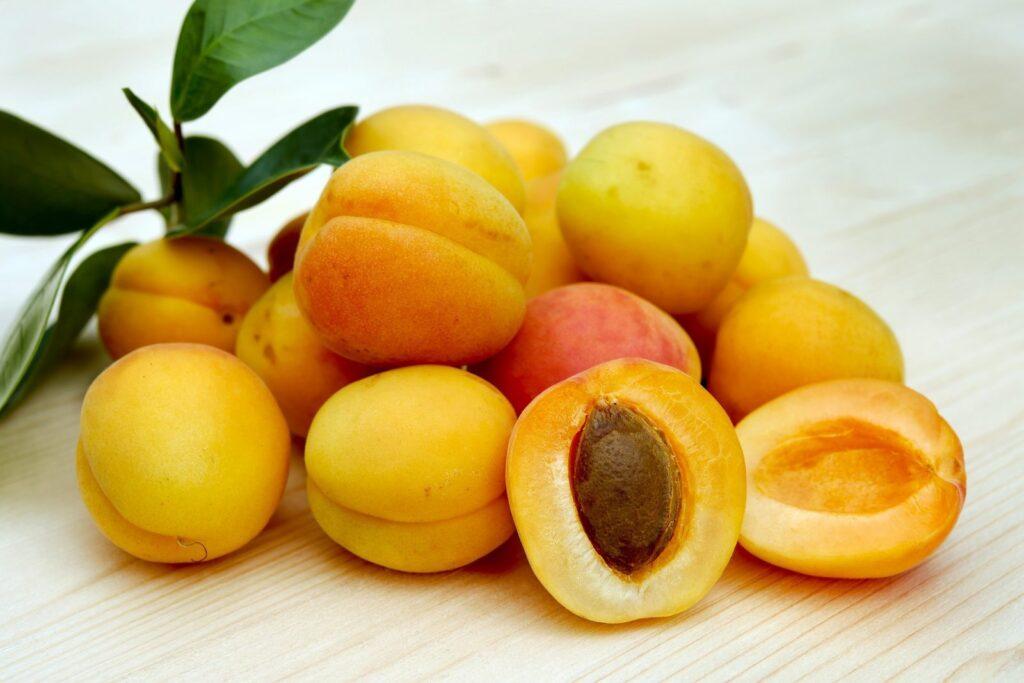 Meruňky dodají raw dezertům příjemně nakyslou chuť.