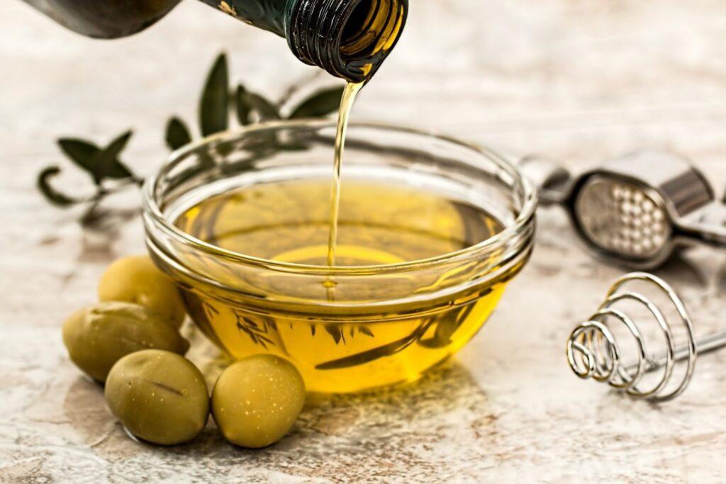 Olivový olej při grilování zkrátka nesmí chybět.