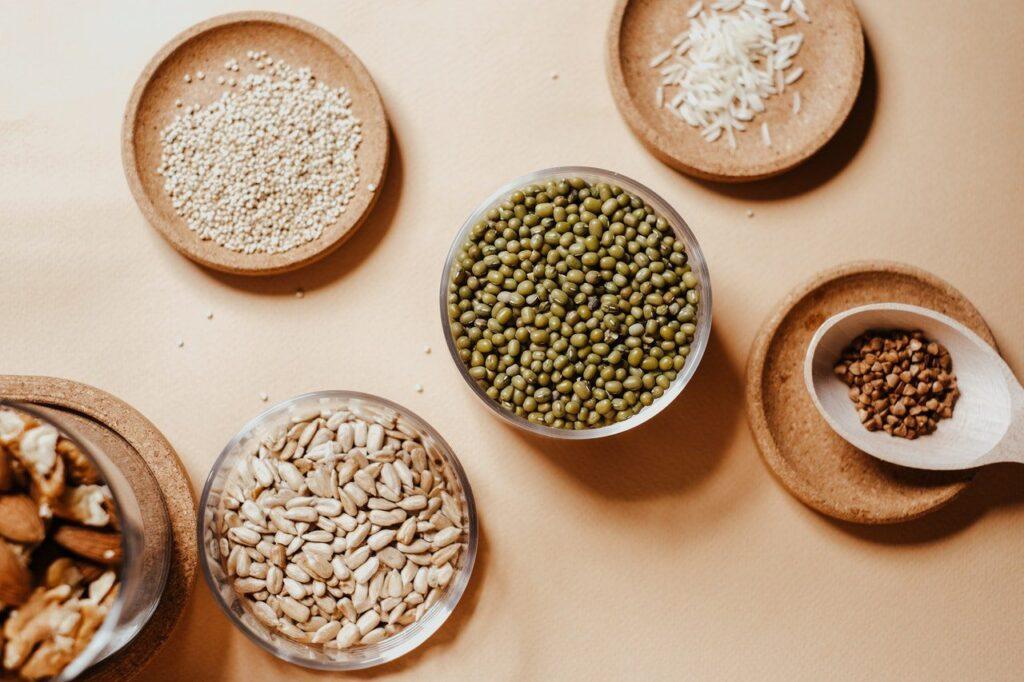 Veganské bílkoviny lze hledat i v quinoe, která se díky svým výživovým hodnotám řadí mezi superpotraviny. Připravit si ji lze například v podobě chutného salátu.