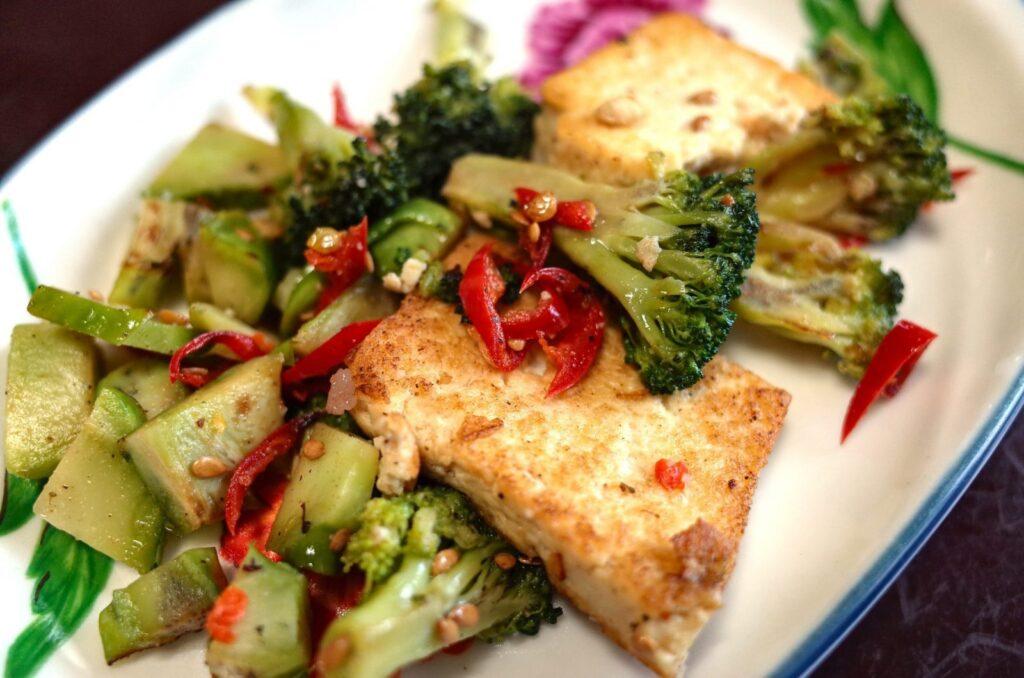 Tofu je před grilováním vhodné naložit do marinády.