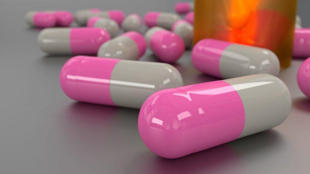 S kvasinkovými infekcemi se lidé často potýkají po dobrání antibiotik. Je proto vhodné brát společně s nimi také probiotika.