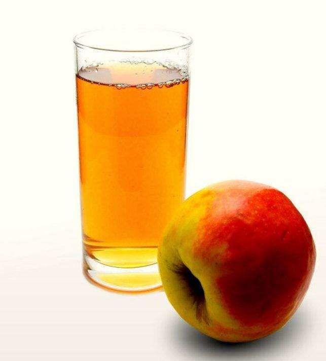 Součástí jaterní očisty je konzumace jablečné šťávy.