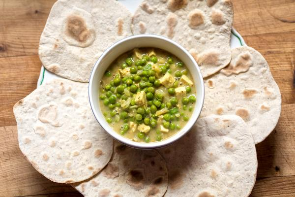 Tofu, hrášek a indické placky - kombinace, kterou si oblíbí i nevegané.