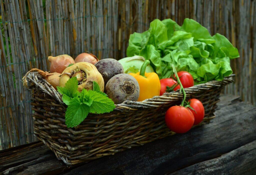 Dostatečný přísun syrové zeleniny může pomoci ochránit organismus před přemnožením kvasinek.