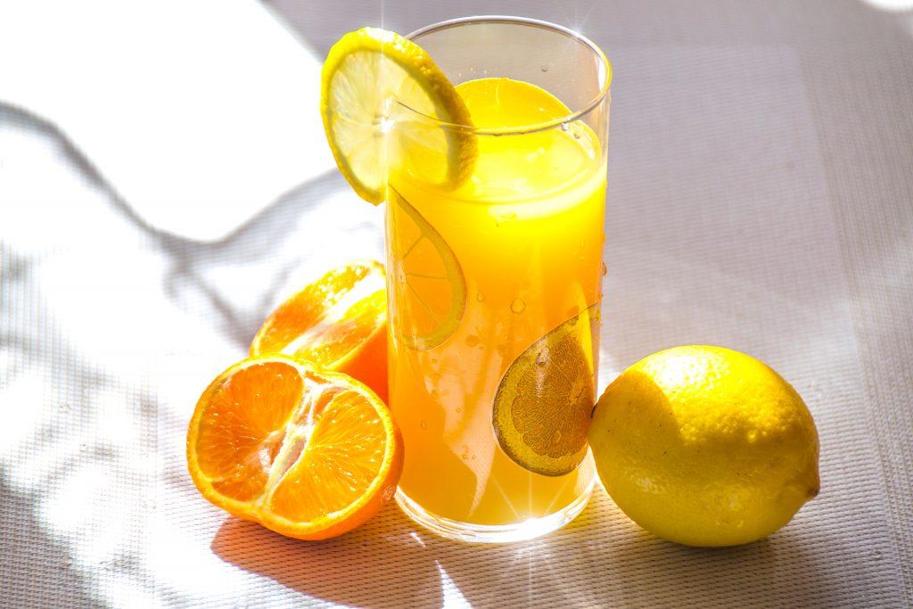 Čerstvé ovocné šťávy lze občas do pitného režimu také zařadit.