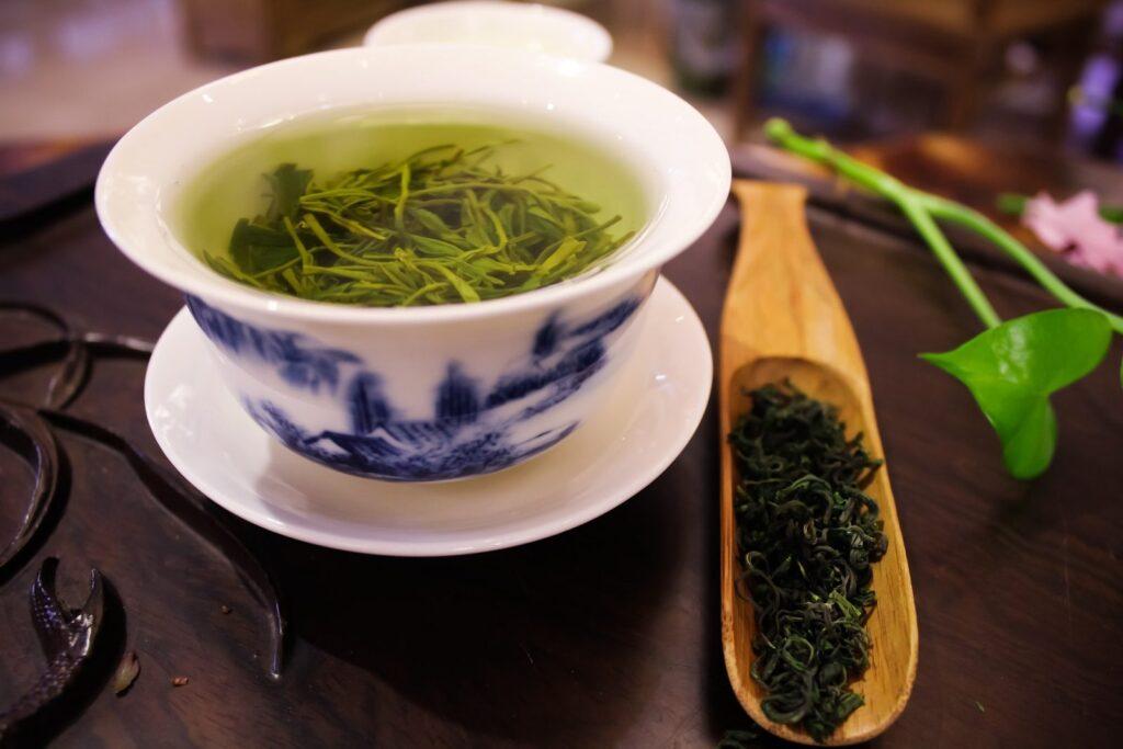 Zelený čaj preventivně působí proti přemnožení kvasinek.