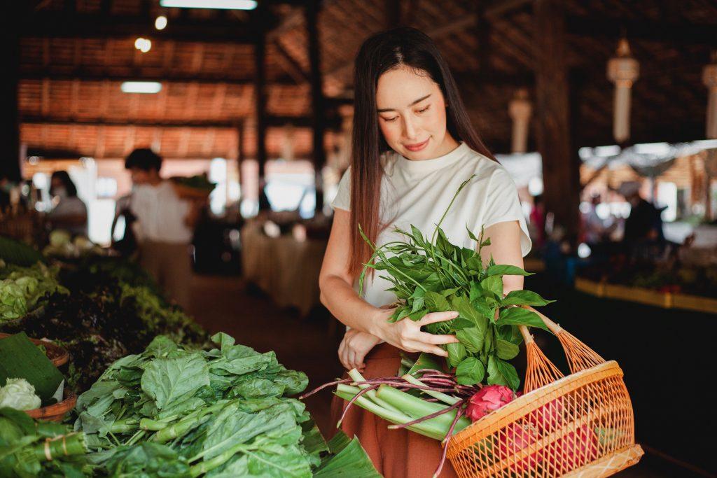 Veganská strava sestává ze zeleniny, ovoce, ořechů, obilnin a dalších potravin rostlinného původu.
