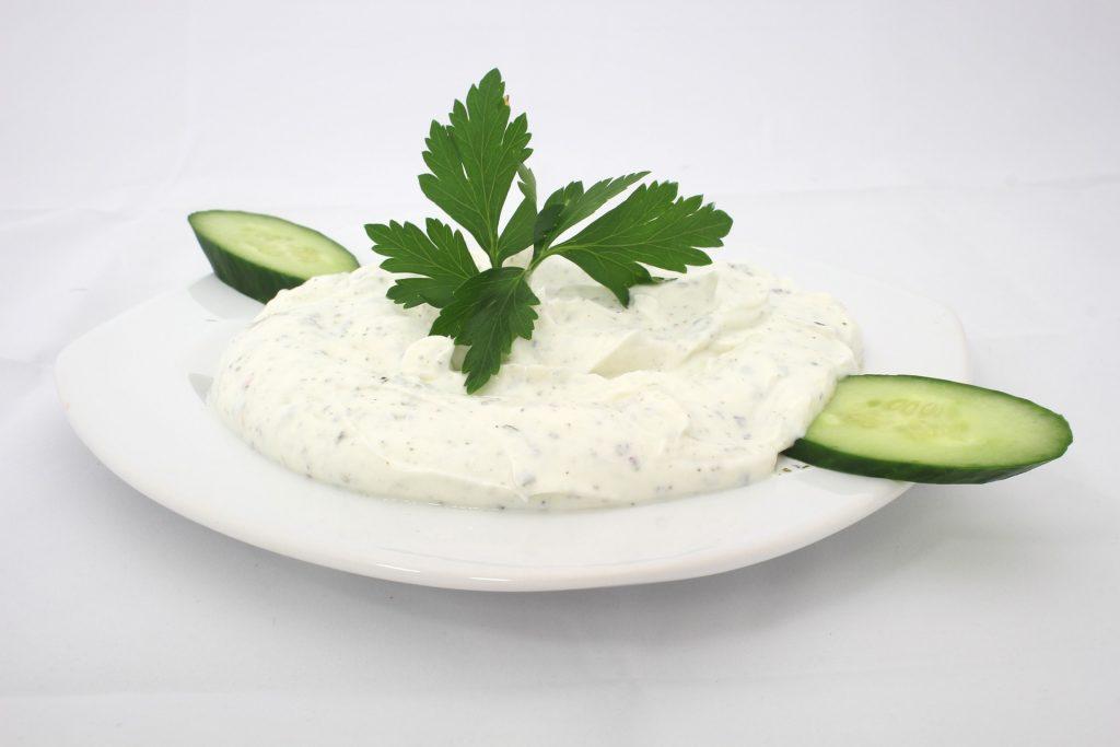 Tzatziki jsou tradičním řeckým předkrmem, mohou však představovat také dip k masu či pečené zelenině.